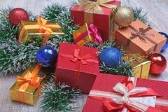 Bianco della decorazione di Natale Contenitori di regalo rossi e dorati con tre la palla, ornamento floreale Vista superiore quad Immagini Stock