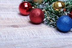Bianco della decorazione di Natale Contenitori di regalo rossi e dorati con tre la palla, ornamento floreale Vista superiore quad Fotografie Stock Libere da Diritti