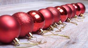 Bianco della decorazione di Natale Contenitori di regalo rossi e dorati con tre la palla, ornamento floreale Vista superiore quad Fotografie Stock