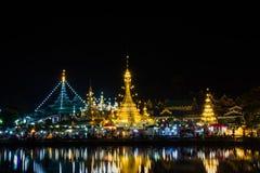 Bianco della pagoda di Wat Chong Klang e di Wat Chong Kham al crepuscolo immagine stock libera da diritti