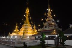 Bianco della pagoda di Wat Chong Klang e di Wat Chong Kham al crepuscolo. Mae fotografia stock