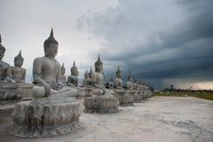 Bianco della statua di Buddha fotografie stock libere da diritti