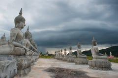 Bianco della statua di Buddha immagine stock