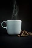 Bianco della tazza di caffè con fumo su fondo nero fotografia stock libera da diritti