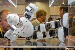 Bianco di plastica di Ubtech del fuco del robot del metallo con le videocamere per gli occhi che si trovano sul podio Fotografie Stock