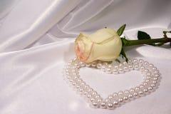 Bianco di rosa e perle Immagine Stock