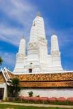Bianco di Stupa in Wat Mahathat Thailand immagini stock