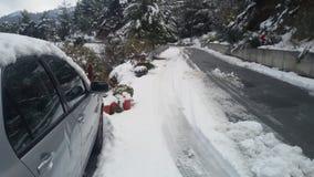 Bianco di vista di alberi della montagna della via dell'automobile della neve Fotografie Stock