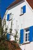 bianco e blu della facciata della casa Fotografia Stock Libera da Diritti