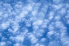 Bianco e blu della struttura del materiale di riempimento delle nuvole di cirrocumulo Fotografia Stock