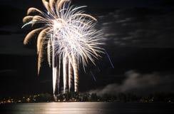 Bianco e celebrazione dei fuochi d'artificio dell'oro sopra il lago Fotografia Stock
