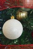 bianco e decorazioni della palla di Natale dell'oro Fotografia Stock Libera da Diritti