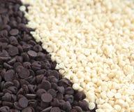 Bianco e fondo dei chip del cioccolato fondente. Immagini Stock Libere da Diritti