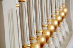 Bianco e modello della balaustra dell'oro Fotografia Stock