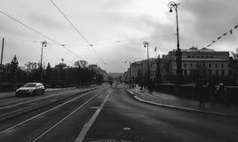 In bianco e nero dalla fermata del tram fotografia stock libera da diritti