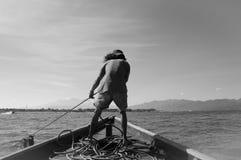 Bianco e nero del lavoratore della barca Fotografie Stock
