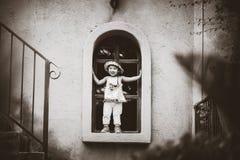 In bianco e nero della bambina sveglia felice che sorride e che sta b immagini stock