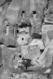 In bianco e nero delle rovine antiche della casa della caverna in Cappadocia immagini stock libere da diritti