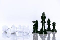 In bianco e nero di scacchi su fondo bianco Capo e concetto di lavoro di squadra per successo Immagini Stock