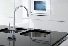 In bianco e nero moderno del rubinetto e del forno della cucina fotografia stock