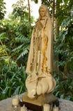 Bianco e statua dell'oro di Maria nel parco Fotografia Stock