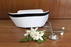 Bianco e stetoscopio dell'infermiere del cappello Immagine Stock