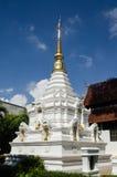Bianco ed oro Stupa, Tailandia Immagini Stock