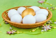 Bianco ed uova dorate una Fotografie Stock