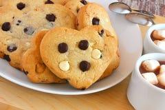 Bianco a forma di del cuore e biscotti del cioccolato fondente Immagine Stock