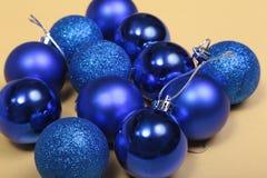 Bianco isolato decorazione di Natale Contenitori di regalo rossi e dorati con tre la palla, ornamento floreale Vista superiore Co Fotografia Stock