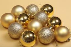 Bianco isolato decorazione di Natale Contenitori di regalo rossi e dorati con tre la palla, ornamento floreale Vista superiore Co Fotografie Stock