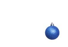 Bianco isolato decorazione di Natale Contenitori di regalo rossi e dorati con tre la palla, ornamento floreale Vista superiore Co Immagini Stock Libere da Diritti