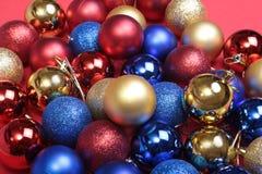 Bianco isolato decorazione di Natale Contenitori di regalo rossi e dorati con tre la palla, ornamento floreale Vista superiore Co Fotografie Stock Libere da Diritti