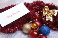 Bianco isolato decorazione di Natale Contenitori di regalo rossi e dorati con tre la palla, ornamento floreale Vista superiore Co Immagine Stock