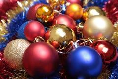 Bianco isolato decorazione di Natale Contenitori di regalo rossi e dorati con tre la palla, ornamento floreale Vista superiore Co Fotografia Stock Libera da Diritti