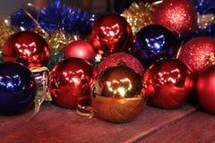 Bianco isolato decorazione di Natale Contenitori di regalo rossi e dorati con tre la palla, ornamento floreale Vista superiore Co Immagini Stock