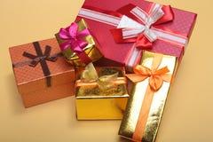 Bianco isolato decorazione di Natale Contenitori di regalo rossi e dorati con tre la palla, ornamento floreale Vista superiore qu Fotografia Stock