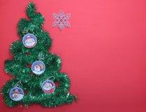 Bianco isolato decorazione di Natale Contenitori di regalo rossi e dorati con tre la palla, ornamento floreale Vista superiore qu Immagini Stock
