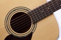 Bianco isolato fine acustica della chitarra Immagine Stock Libera da Diritti