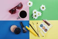 Bianco kvitomy e caffè dei prodotti di bellezza su un fondo colorato Fotografia Stock Libera da Diritti