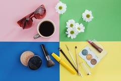 Bianco kvitomy e caffè dei prodotti di bellezza su un fondo colorato Immagini Stock Libere da Diritti