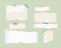 Bianco, marrone chiaro, nota, taccuino, strisce di carta del quaderno e strati attaccati con nastro adesivo appiccicoso ongreen i illustrazione di stock