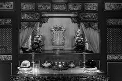 Bianco nero buddista del tempio interno di offerti dell'altare Fotografia Stock