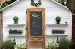 Bianco sparso con le piante sugli scaffali Immagine Stock