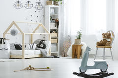 Bianco, stanza di bambino con i giocattoli immagini stock