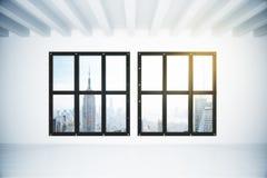 Bianco svuoti la stanza del sottotetto con la vista della città di megapolis Fotografia Stock Libera da Diritti