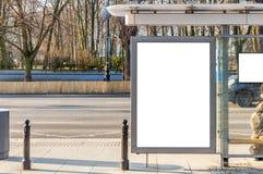 Bianco vuoto dell'insegna del tabellone per le affissioni ad una fermata dell'autobus fotografia stock