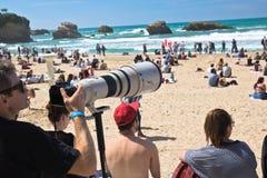 Biarritz, França - 20 de maio de 2017: fotógrafo com a lente da foto que captura surfistas na competição surfando 2017 dos jogos  Foto de Stock