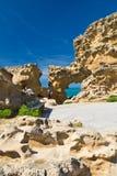 Biarritz, França - 20 de maio de 2017: a mulher que toma fotos da caverna do mar fura a admiração da vista bonita em Oceano Atlân Fotografia de Stock