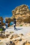 Biarritz, França - 20 de maio de 2017: o pessoa que toma fotos da caverna do mar fura a admiração da vista bonita em Oceano Atlân Imagens de Stock